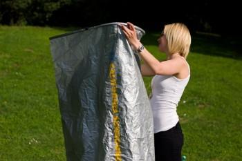 Model beim Umziehen draussen (mit California Sunbounce DressTube) 1