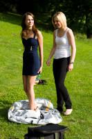 Model beim Umziehen draussen (mit California Sunbounce DressTube) 2