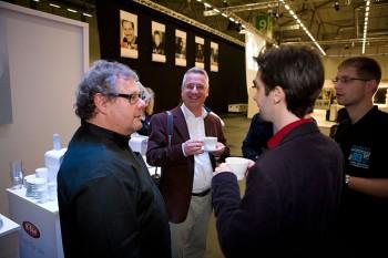 Mit Guido Karp und anderen Fotografen im Gespräch bei leckeren Getränken - Get Together am Abend in Halle 9.