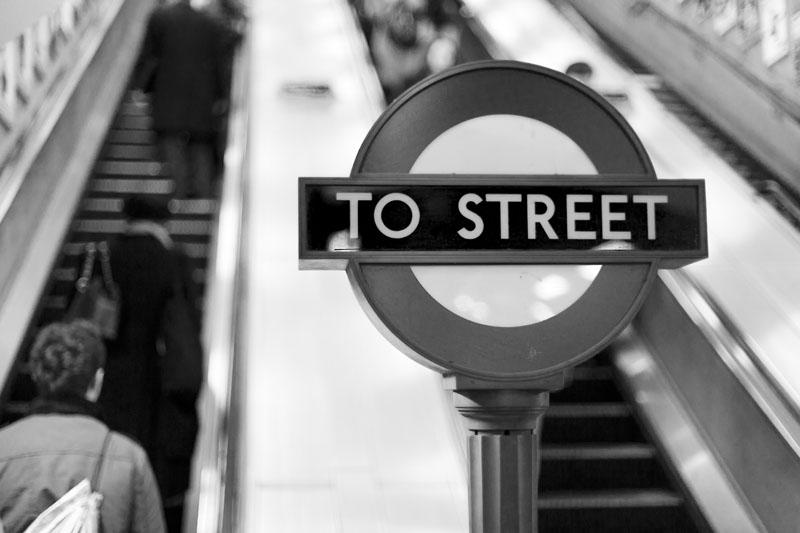 Dieses Schild bemerkte ich erst im letzten Augenblick, bevor ich auf die Rolltreppe aus der Londoner Tube stieg. Dank dem Sun-Sniper war meine Kamera sofort griffbereit.