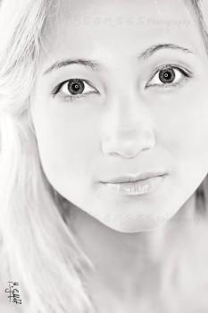 """Portrait von Model """"Nora"""" in schwarz-weiß, ausgeleuchtet mit einem Ringblitz"""